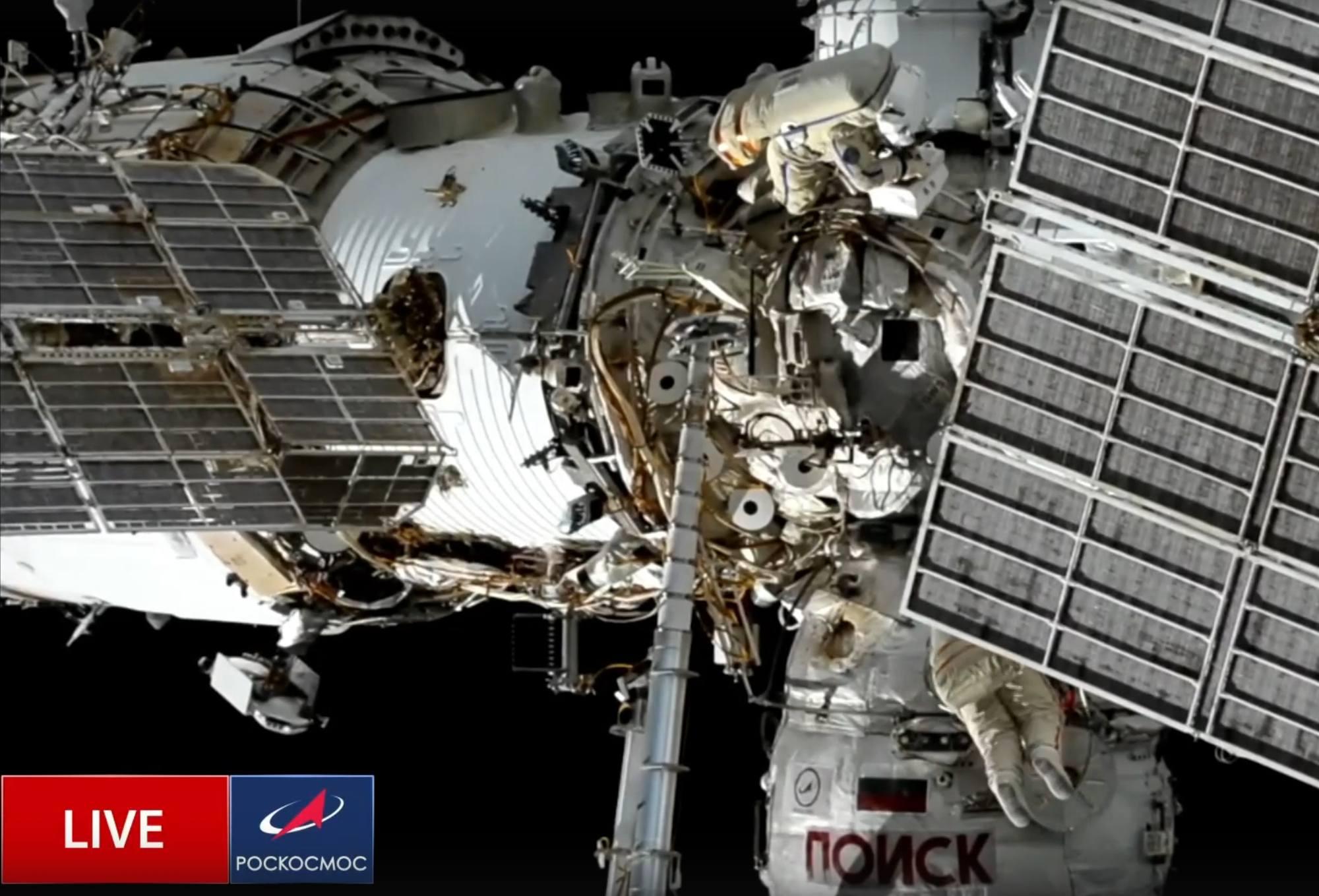 Les cosmonautes en plein travail au niveau du module Poisk (en bas) et Zarya (à gauche).