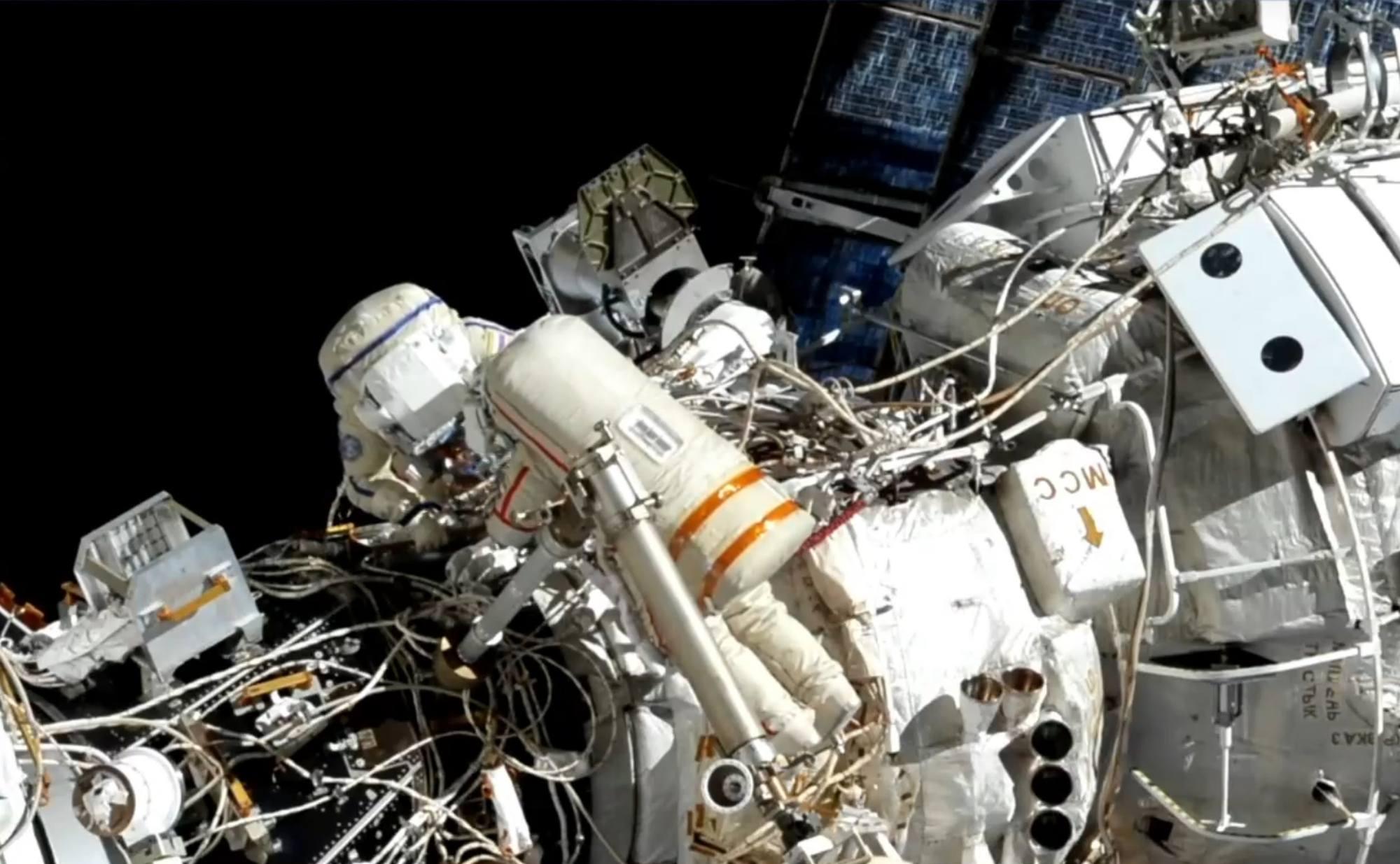 Oleg Novitsky (rayures rouge) et Pyotr Doubrov( rayures bleues) à la jonction entre le module Zarya et le module américain Unity (à gauche).