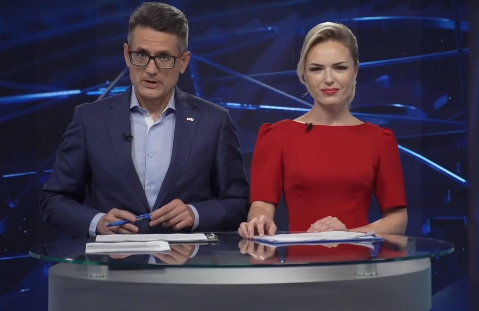 Les deux présentateurs de Roscosmos TV: Nikolaï Marchenko et Youlia Deryabina dans leur nouveau studio ont commenté la sortie des cosmonautes et reçu des invités.