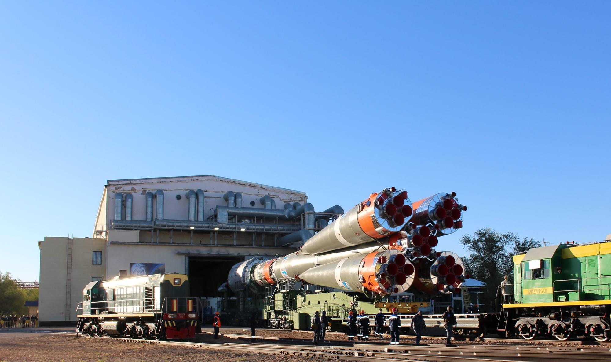 La seconde locomotive qui terminera l'approche du pas de tir va suivre le convoi.