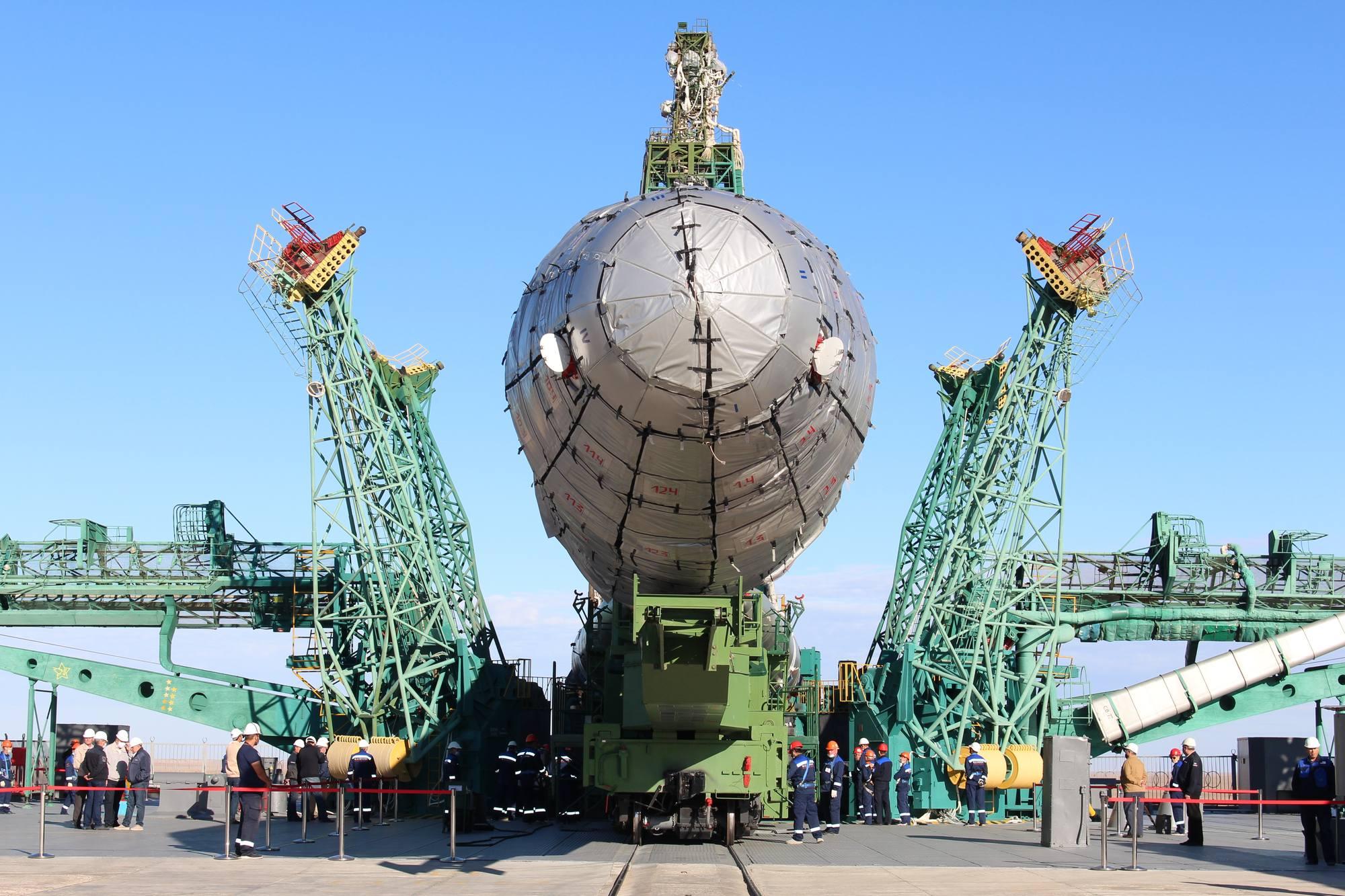 Le transporteur-érecteur va pouvoir redresser le lanceur.