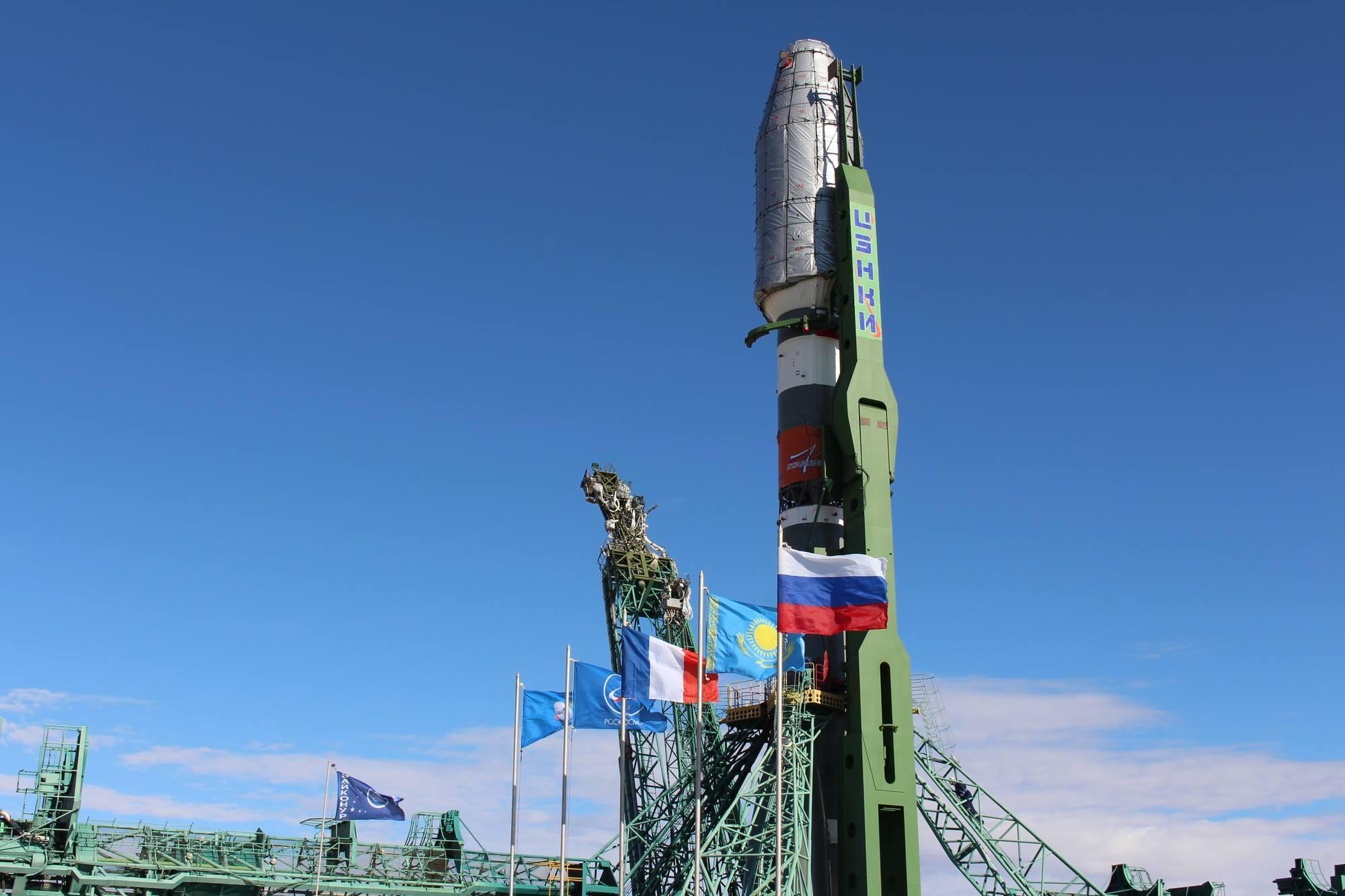 Le drapeau français flotte sur la pas de tir, Arianespace oblige...