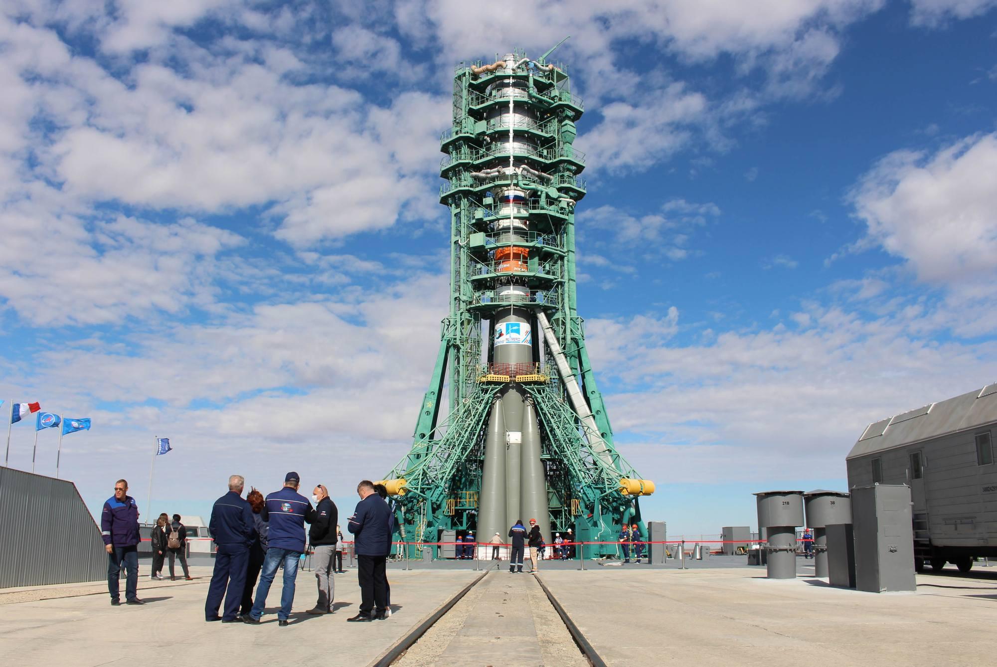 La tour de service entoure le lanceur.