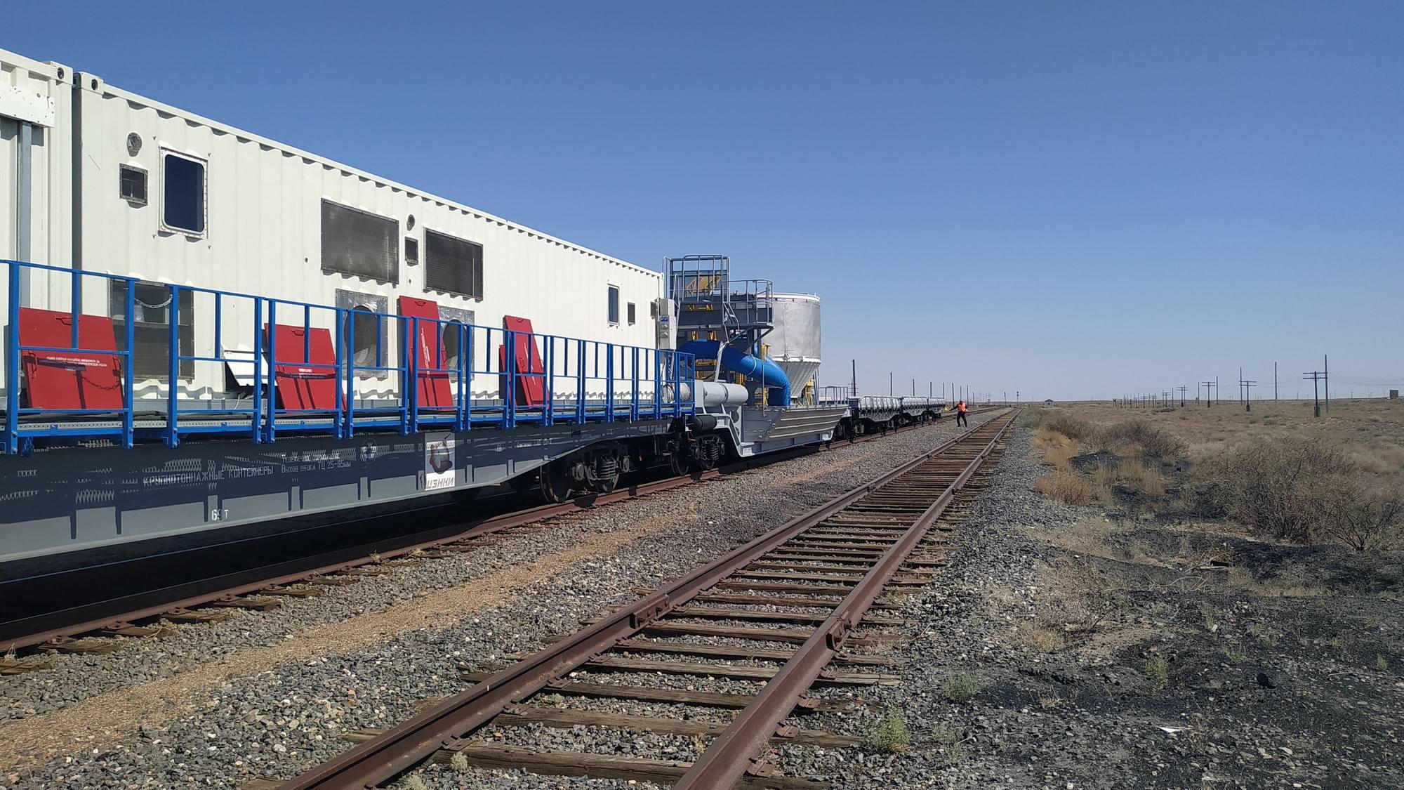 Déplacement ferroviaire dans la steppe kazakhe du cosmodrome russe.