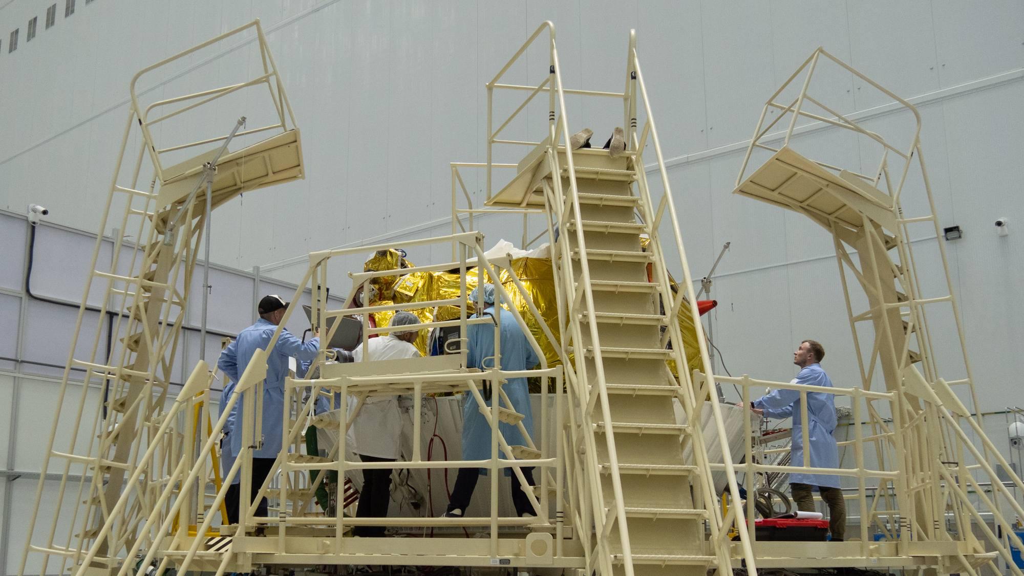 Les ingénieurs et techniciens autour de l'étaged 'injection Fregat à Vostochny.