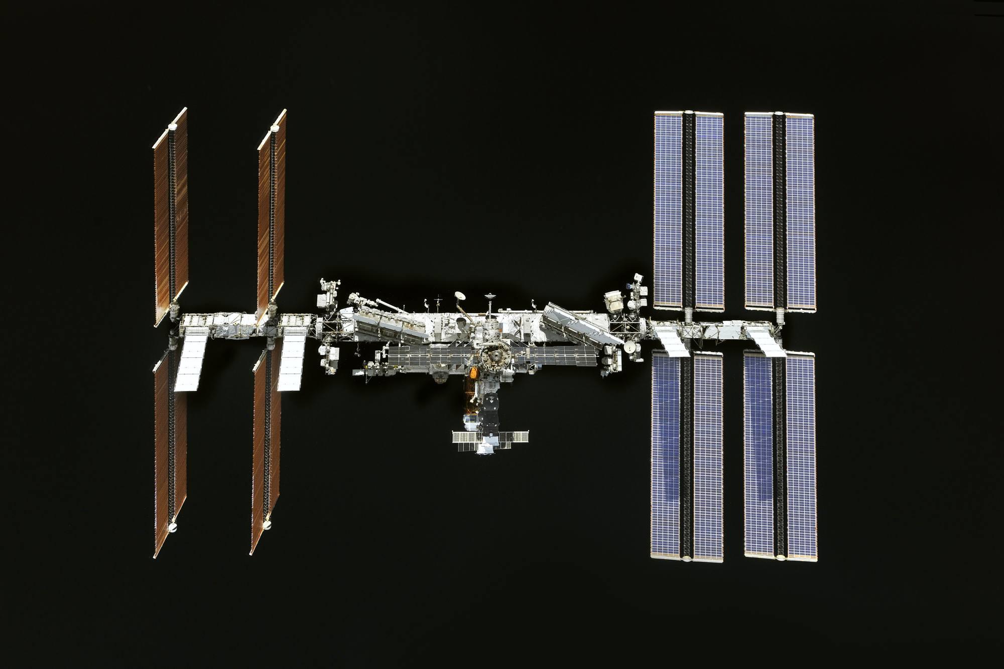 L'ISS sur le fond noir de l'espace.