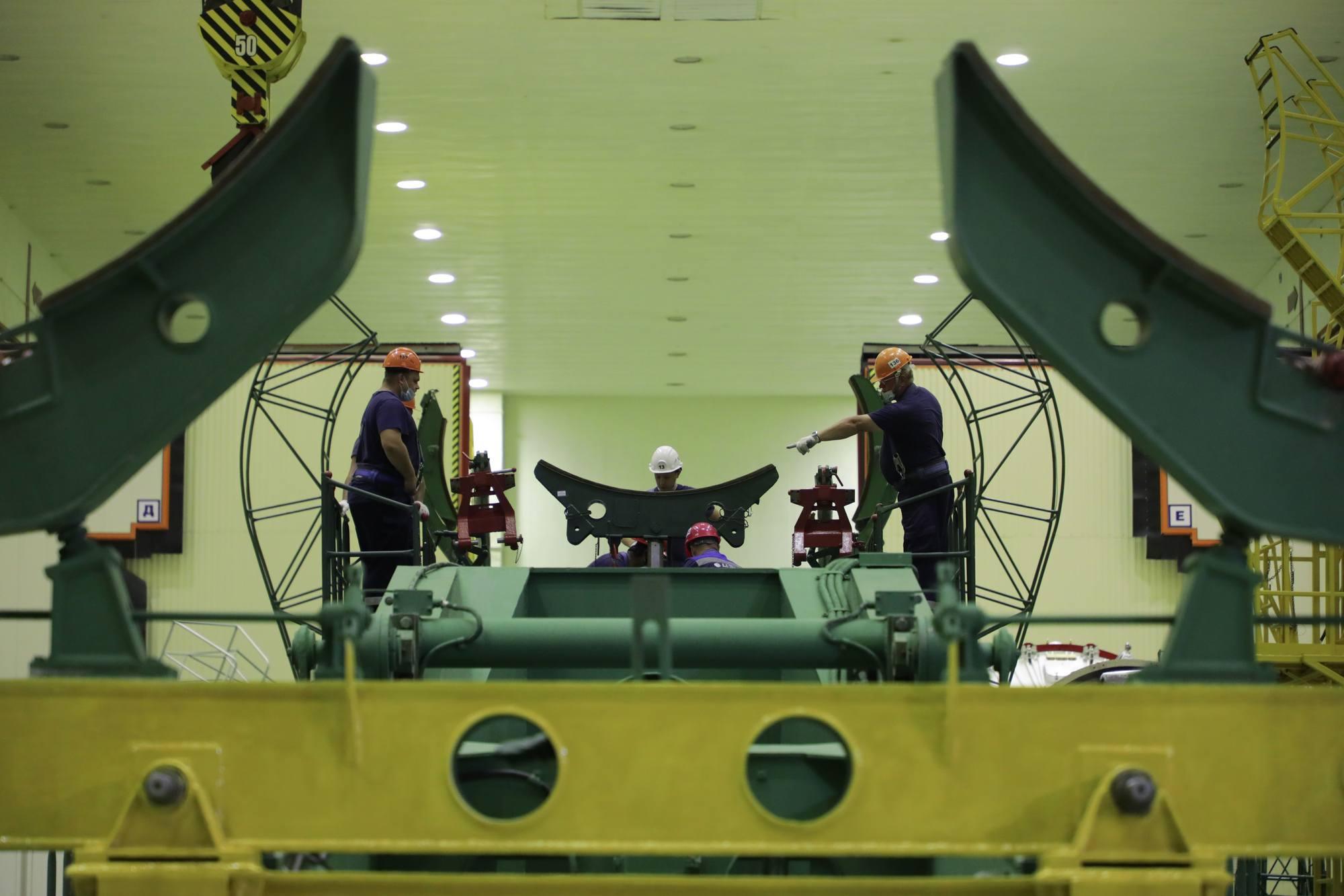 Préparation du transporteur-érecteur à recevoir la partie inférieure du lanceur.