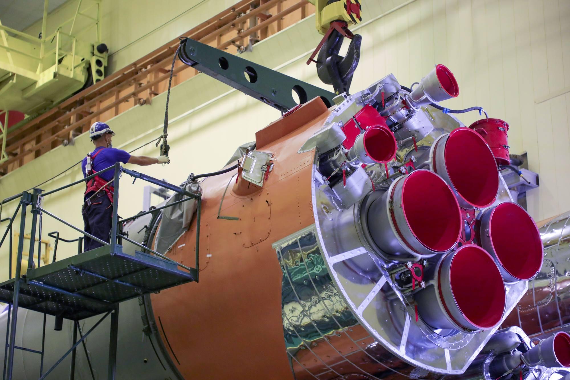 Le lanceur (premier et second étages) est soulevé pour son placement sur le transporteur-érecteur.