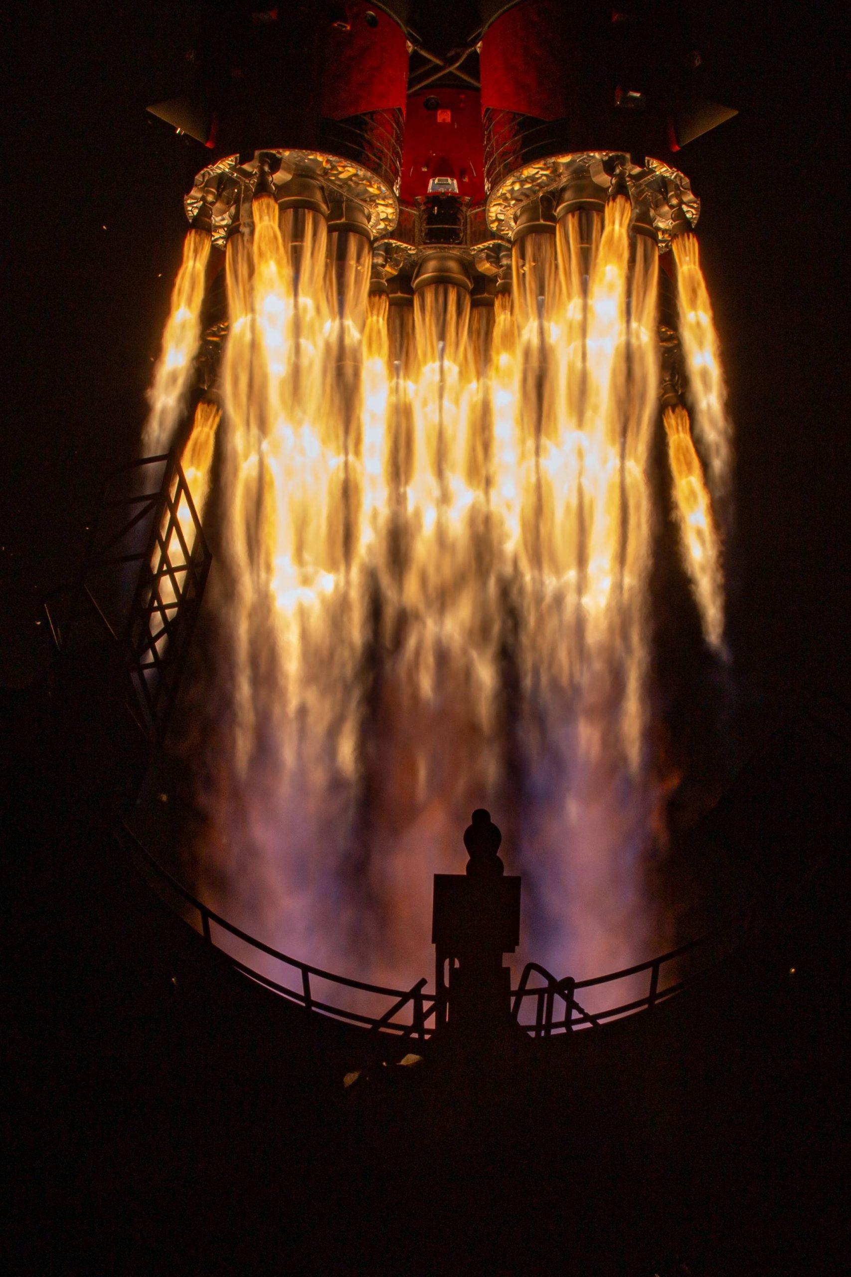 Les gaz chauds du lanceur Soyouz 2.1b au décollage.