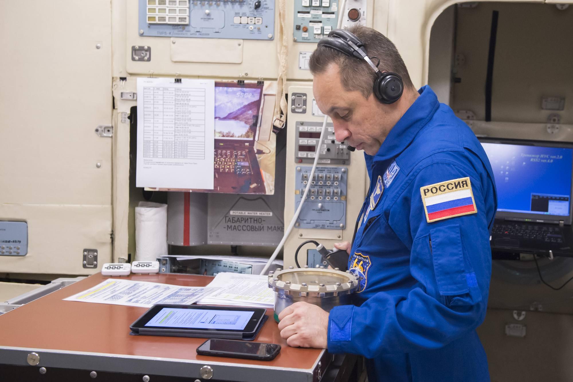 Anton Shkaplerov consultant le pressiomètre.