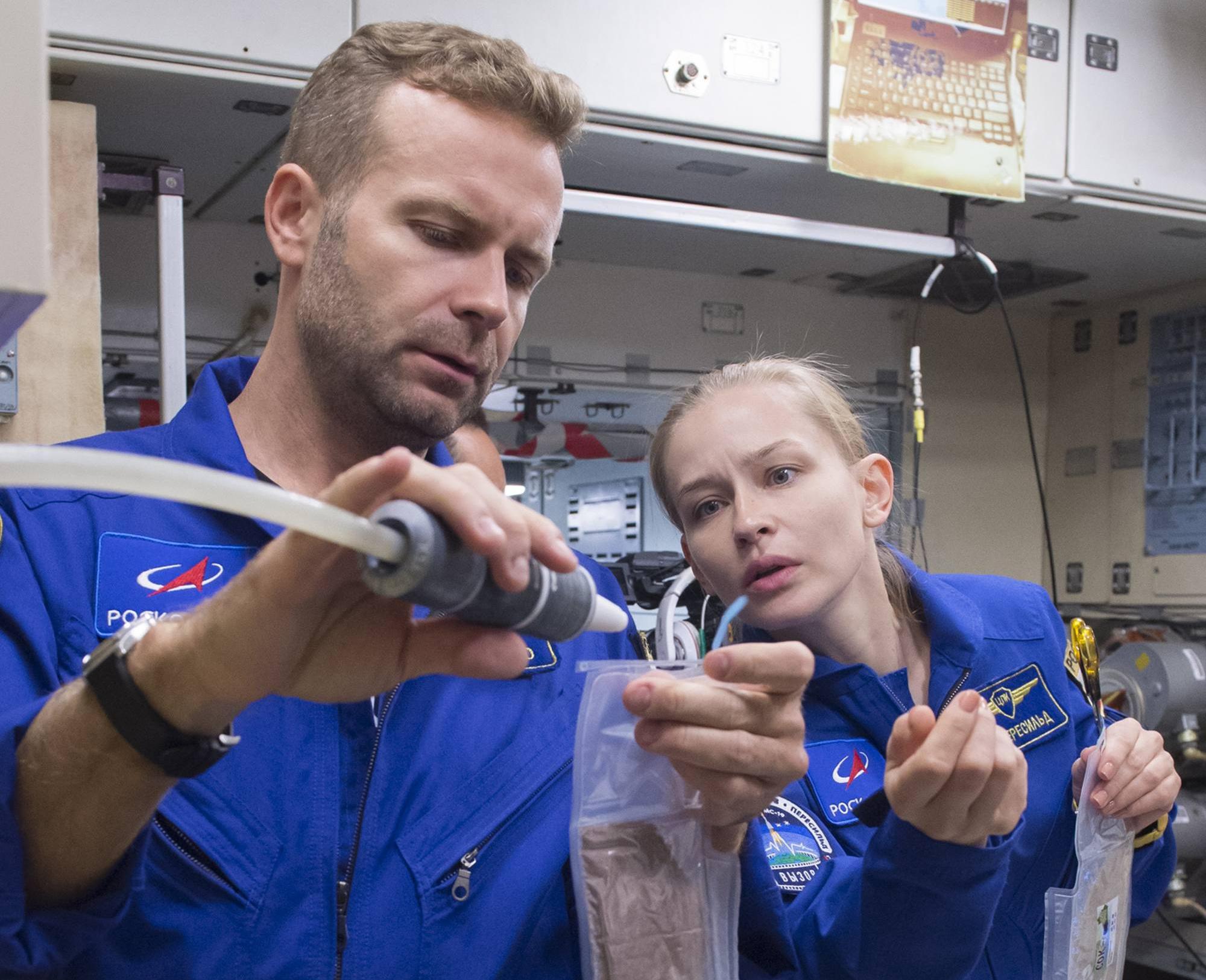 Klim Shipenko et Youlia Peresild s'habituent à préparer le repas.