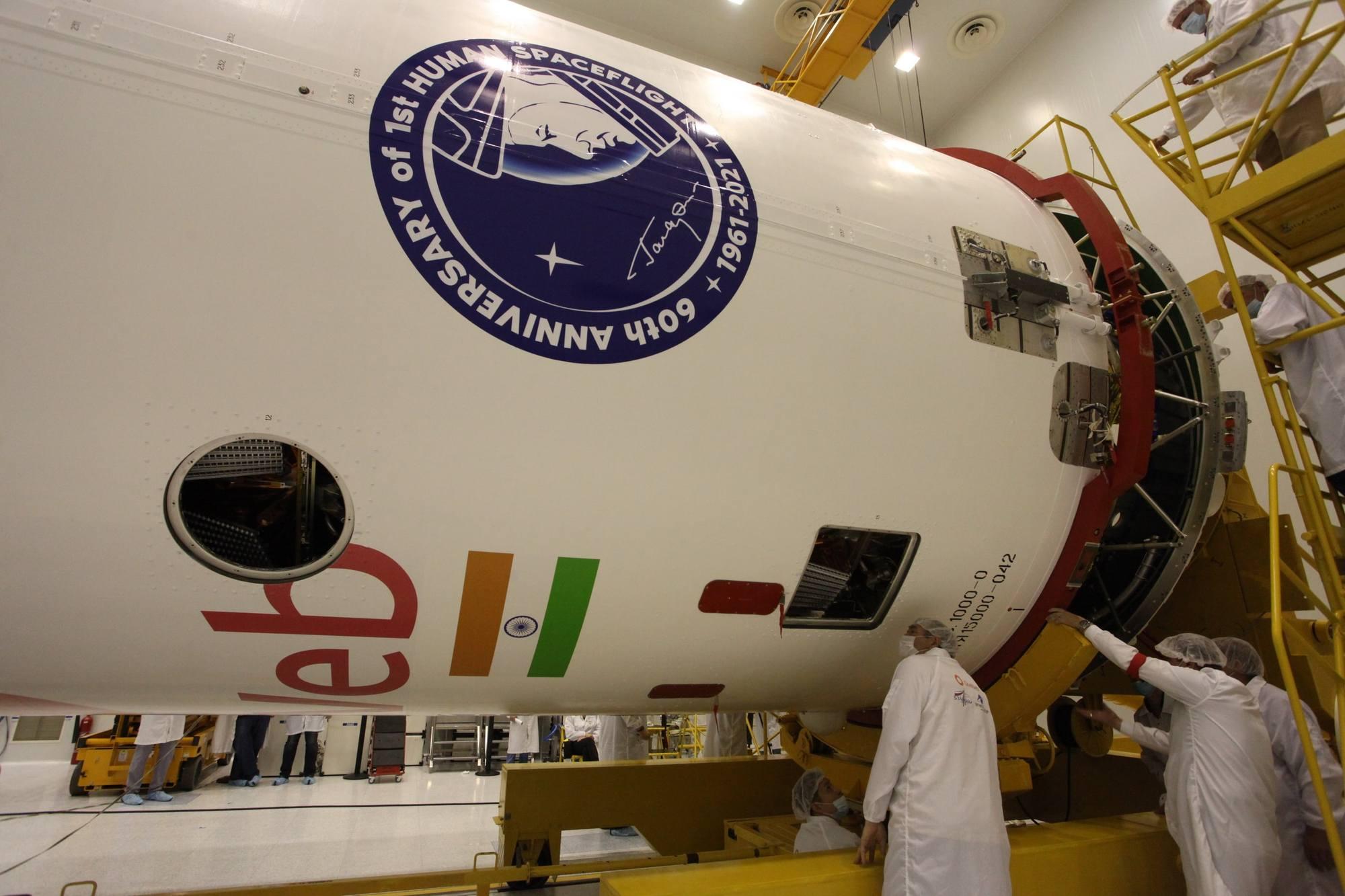 La coiffe est roulée sur les satellites et l'étage Fregat.