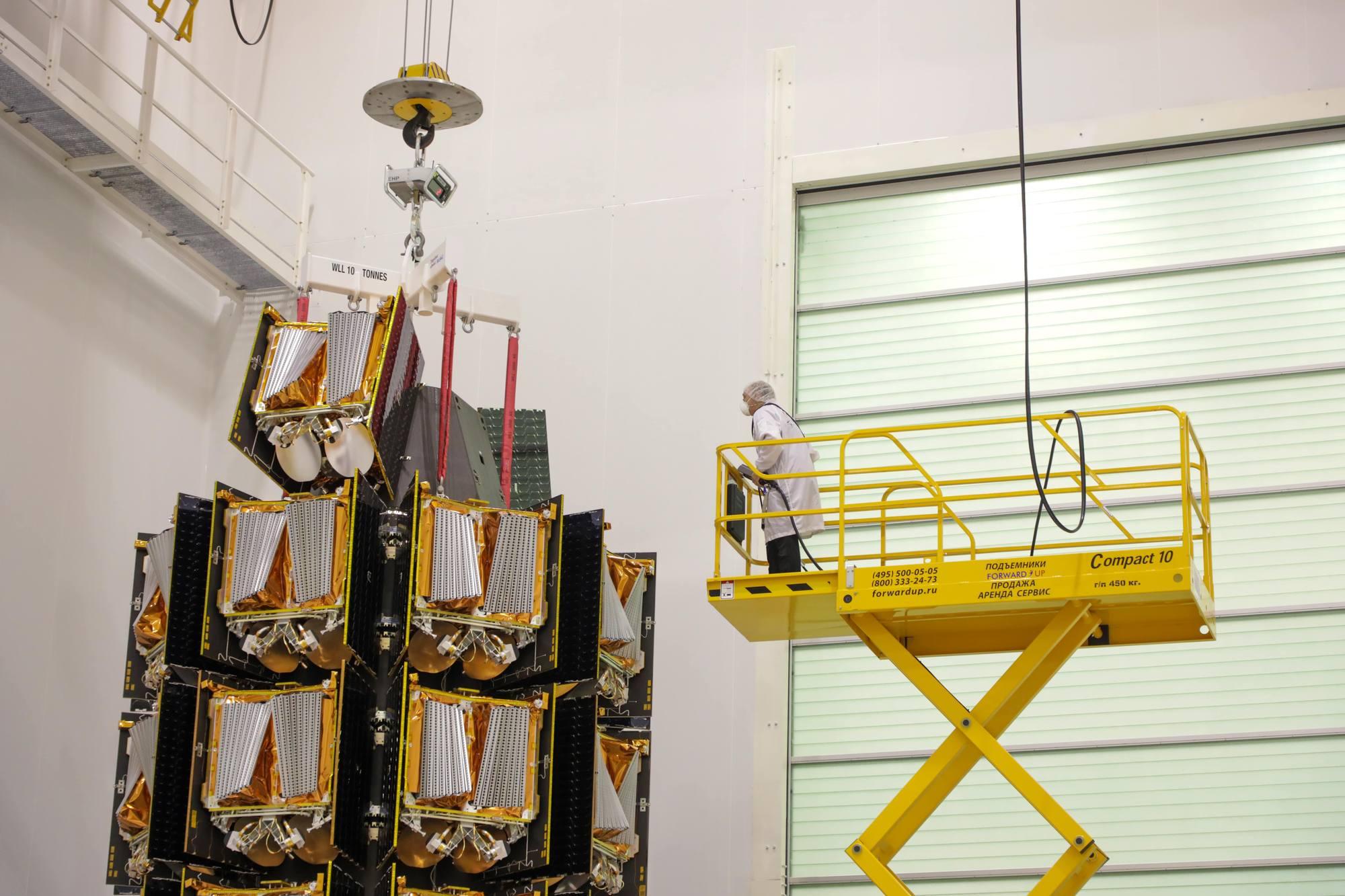 Les satellites OneWeb fixés sur le dispenseur.