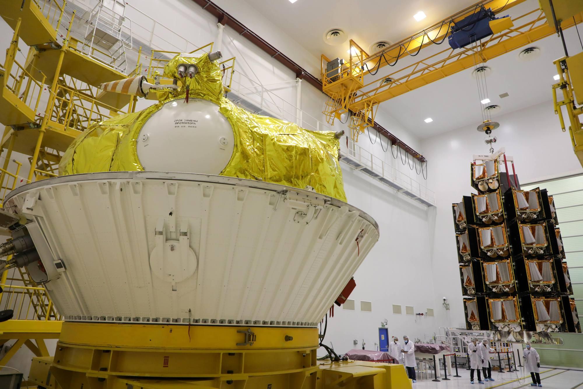 La grappe de satellites va être déplacée au-dessus de l'étage Fregat.