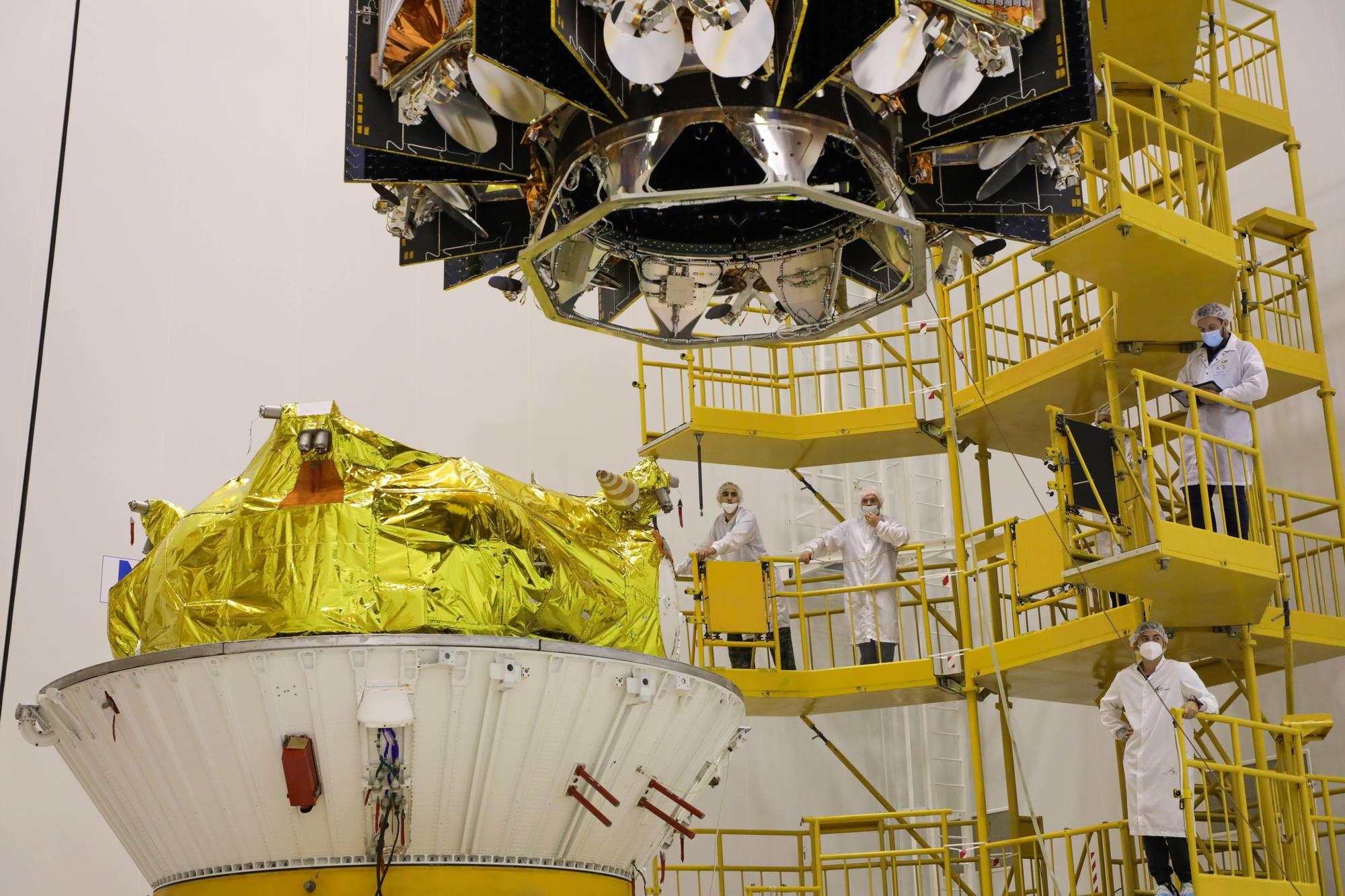 L'étage Fregat (en bas) et le dispenseur avec les satellites.