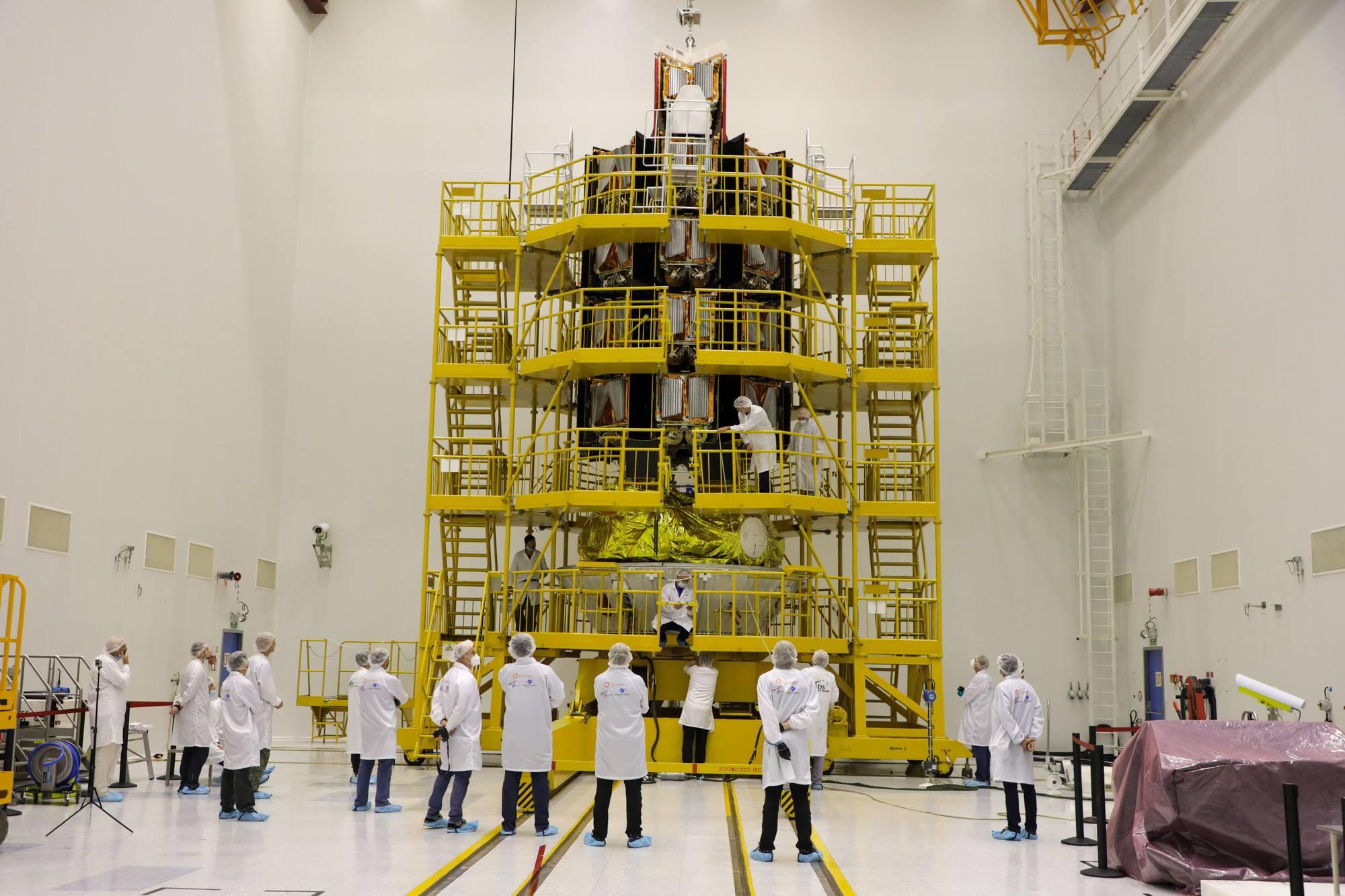 Une vue générale du stand avec les satellites et l'étage d'injection Fregat.