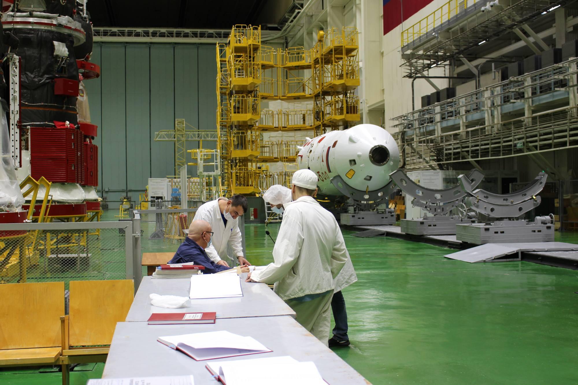 Préparation de la coiffe (visible au fond) pour le vaisseau Soyouz MS-19.