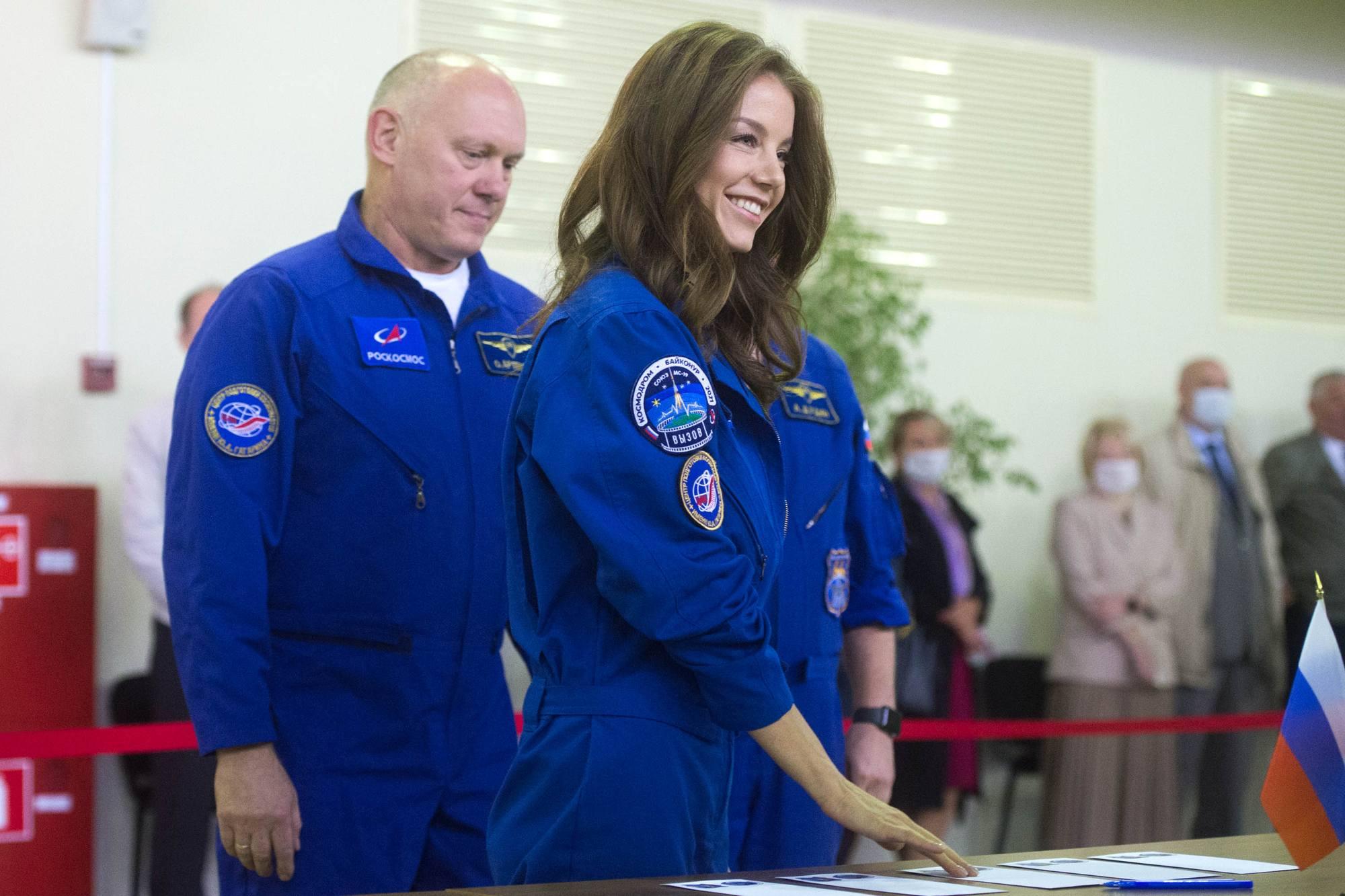 L'actrice Alyona Mordovina choisit l'enveloppe de l'épreuve.
