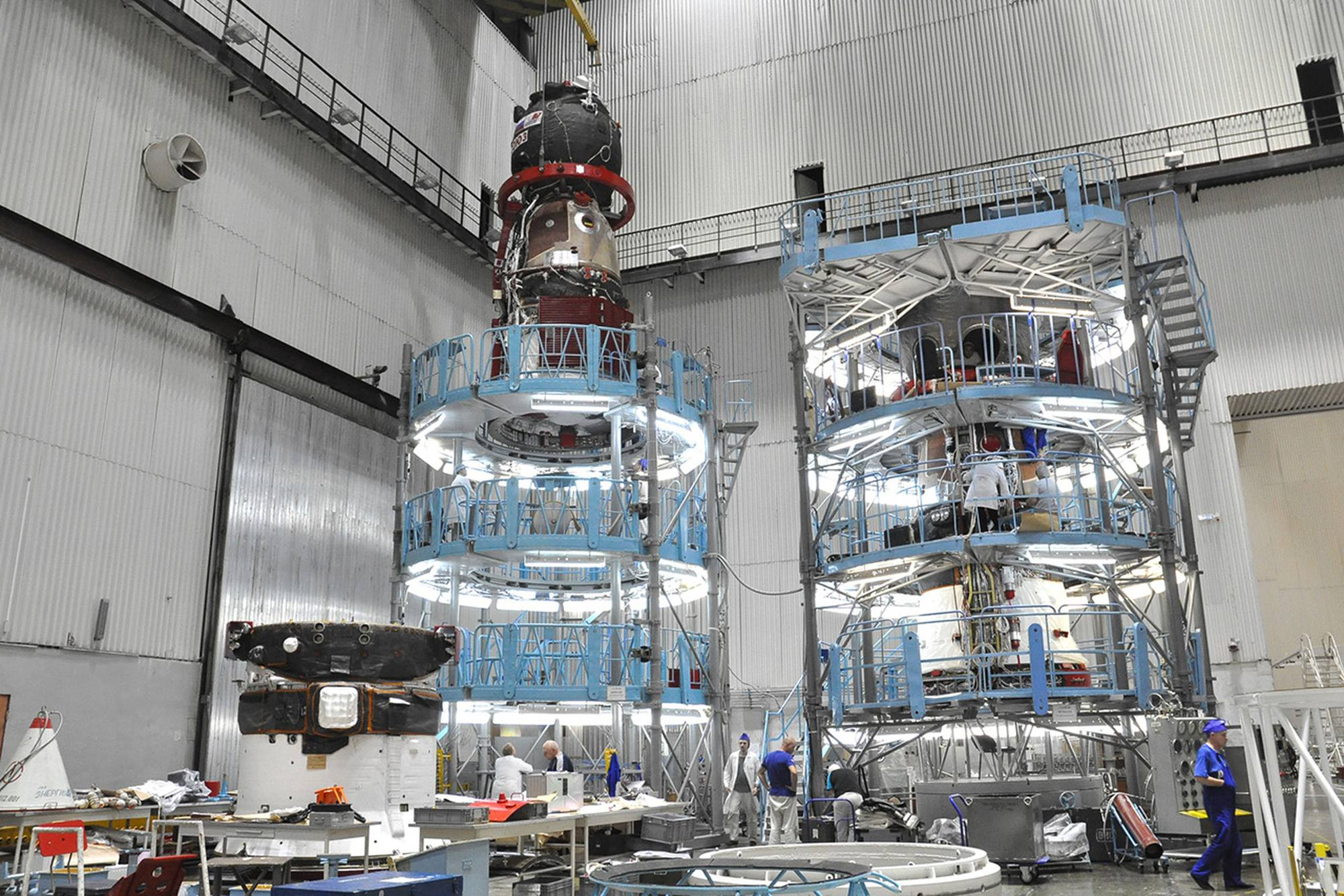 Très intéressante image où l'on découvre sur la gauche un compartiment de propulsion de soyouz esseulé.