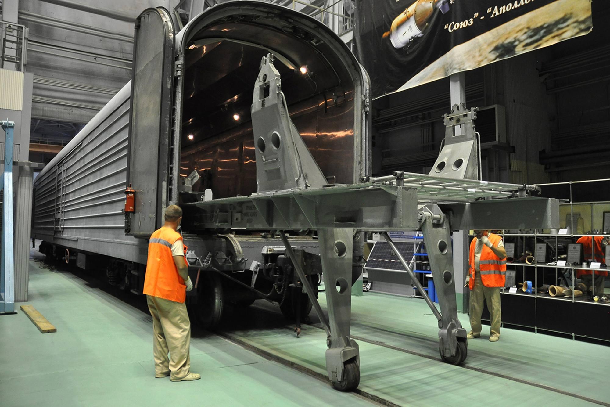 """Soyouz MS-20 sera ensuite """"enfourné"""" dans un wagon de transport à l'aide d'un autre charriot sorti du wagon."""