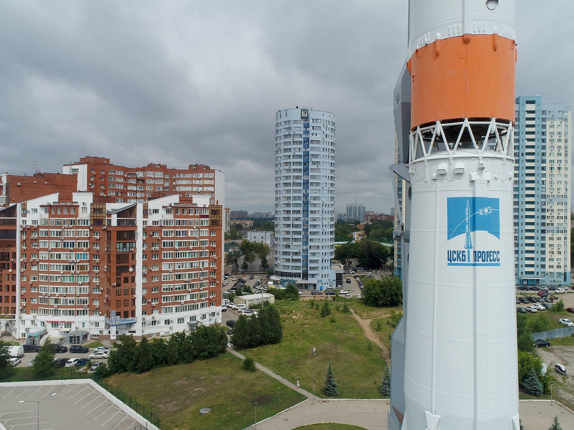 La fusée soyouz au milieu des habitations de Samara.