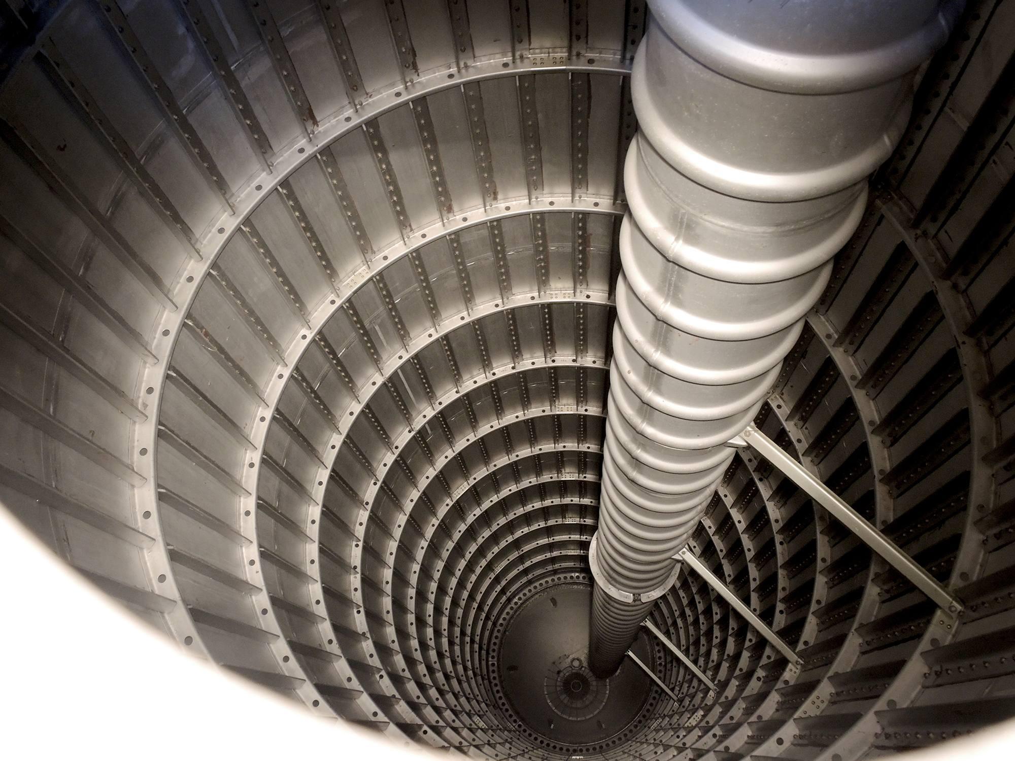 L'intérieur du réservoir d'oxygène liquide avec la canalisation centrale conduisant le kérosène.