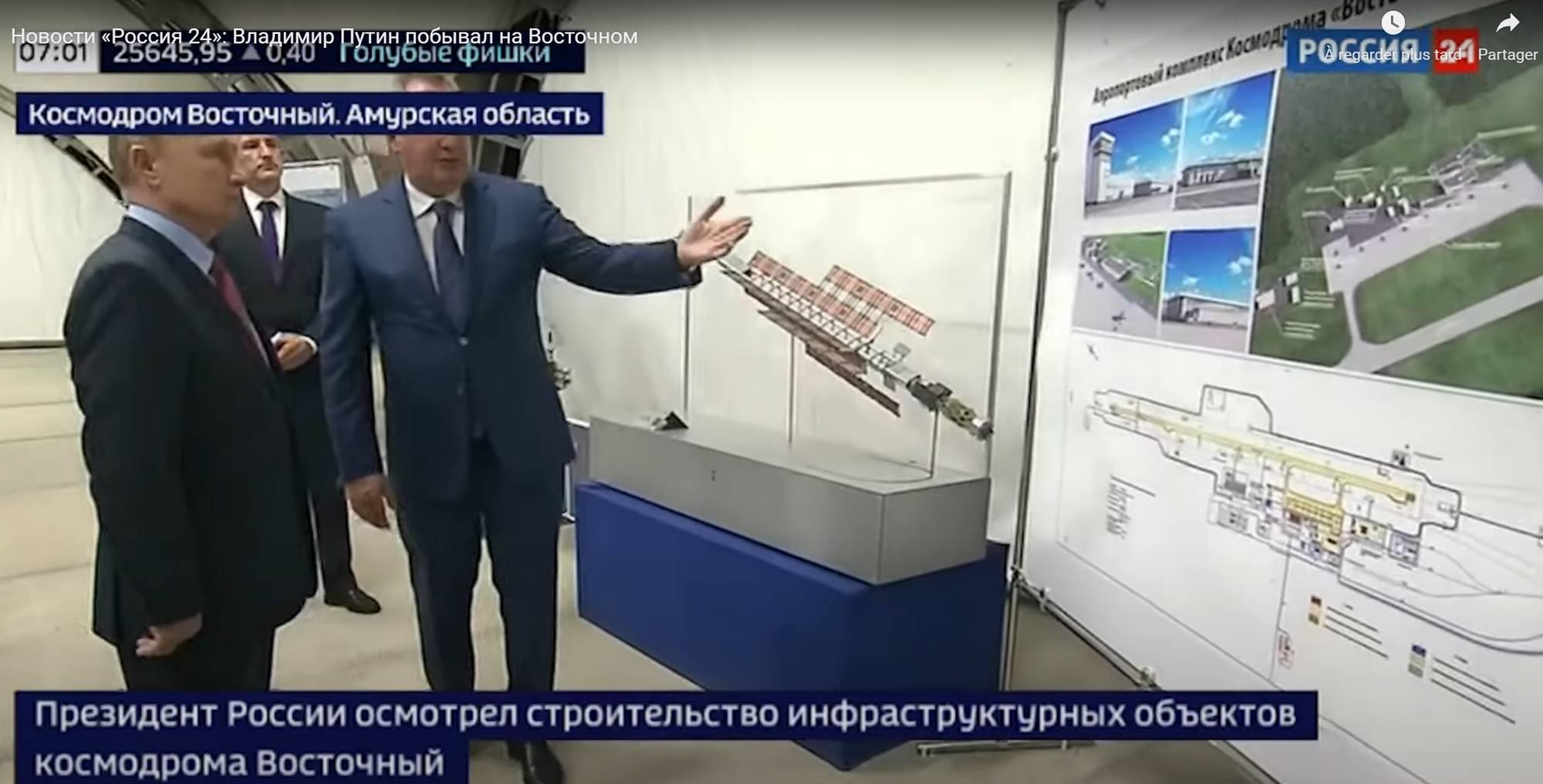 Image intéressante qui montre, au centre de l'image, un modèle du remorqueur ZEUS nucléaire et à droite le plan de l'aéroport du cosmodrome dont la construction débute actuellement.