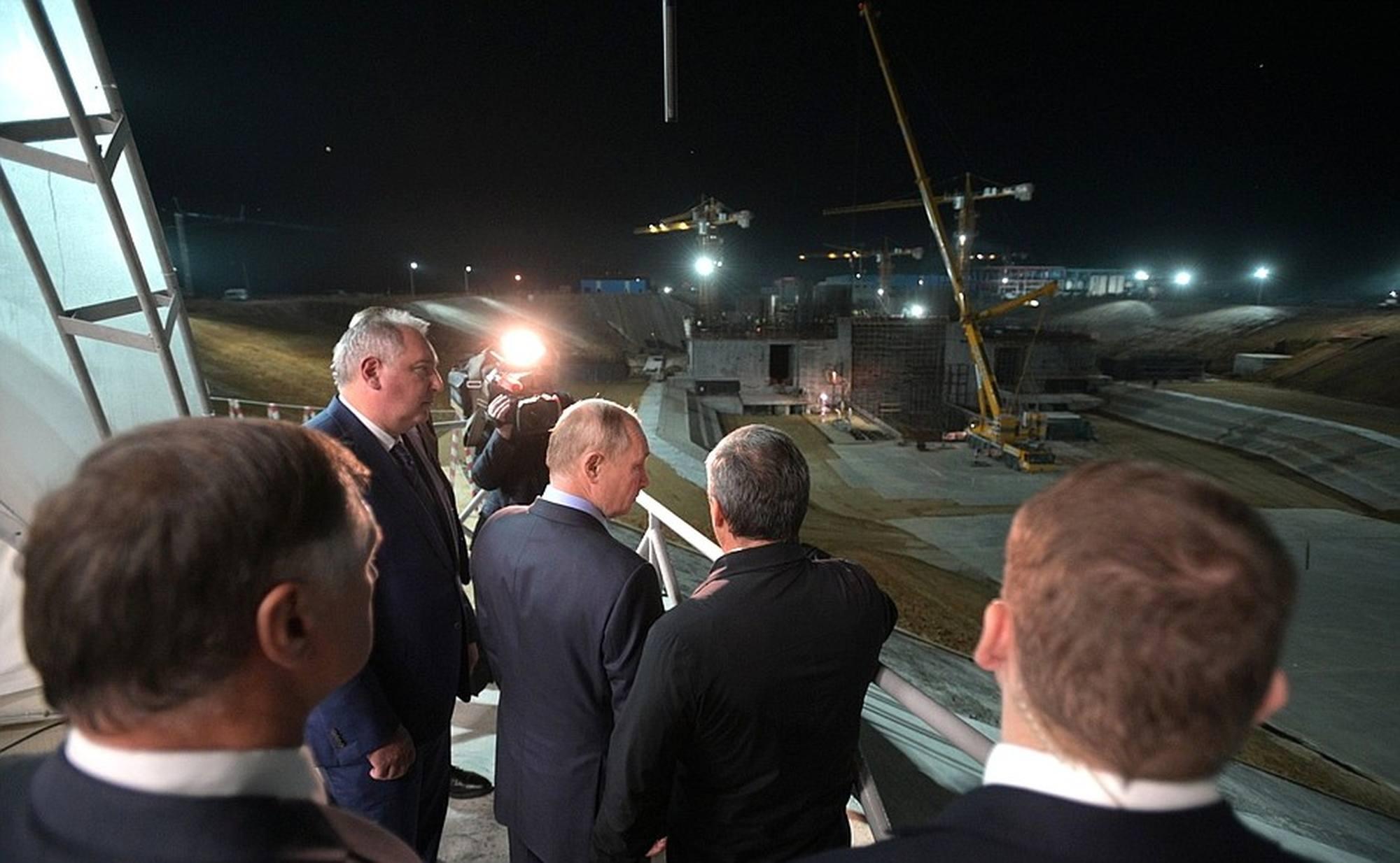 Coup d'oeil sur le chantier du pas de tir Angara en construction.