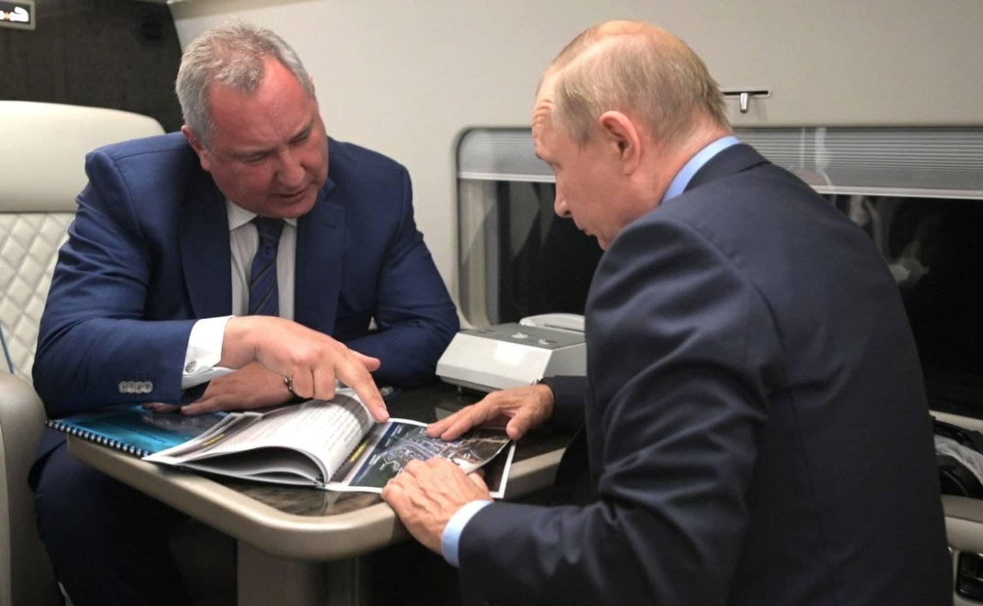 Dans l'hélicoptère qui l'amène au cosmodrome de Vostochny, Poutine en discussion avec Rogozine.
