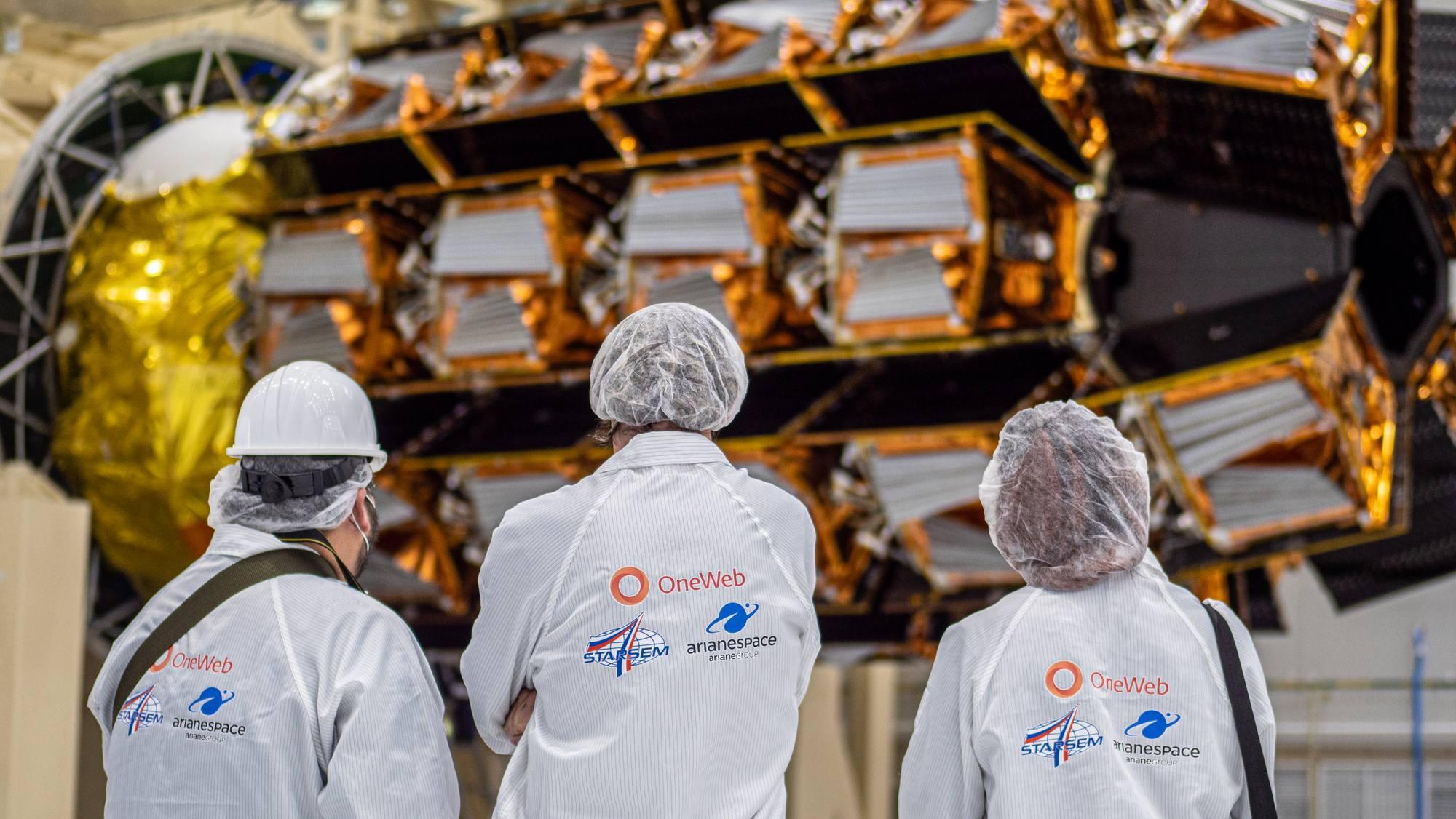 La grappe de satellites OneWeb accrochés à leur dispensaire.